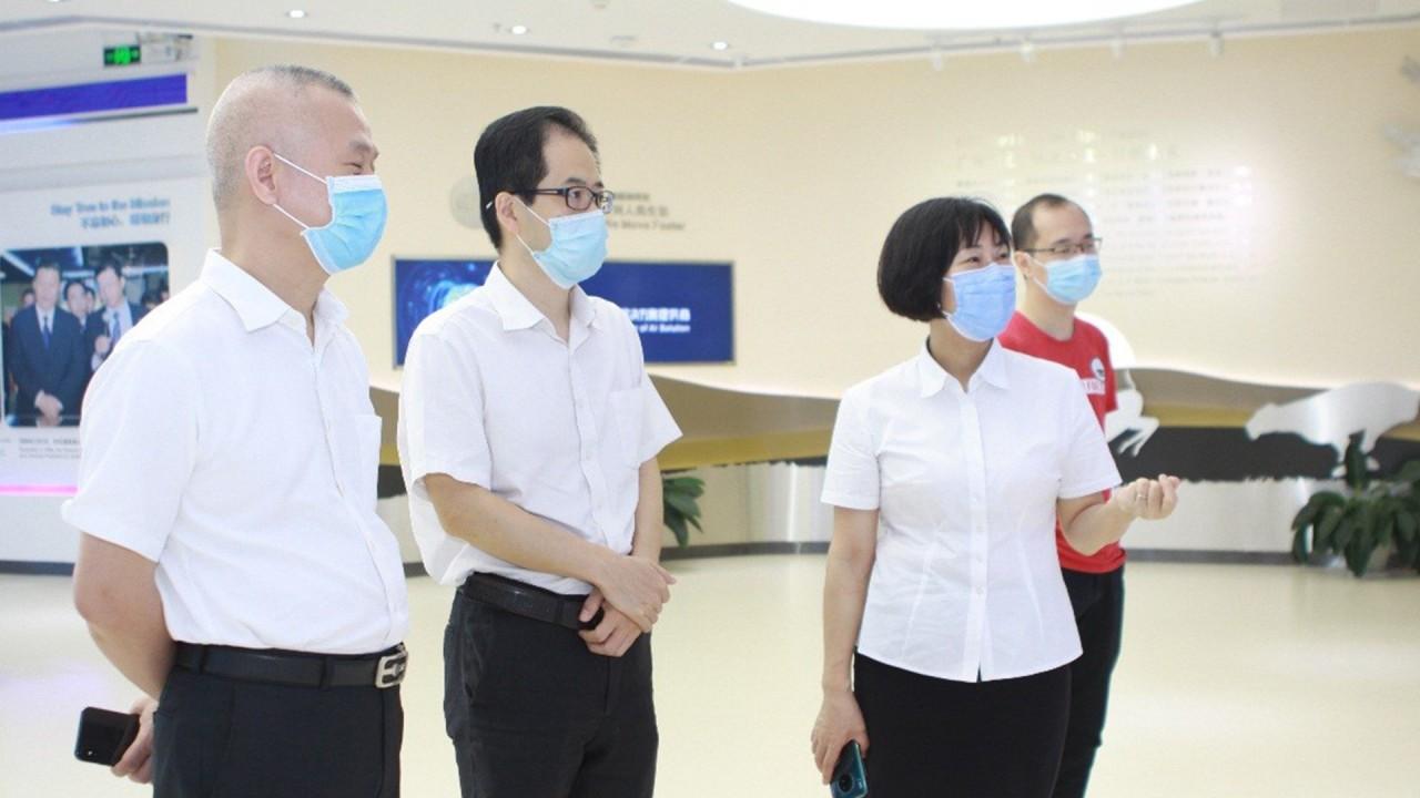 广州穗通总经理、攻关项目小组组长廖海英正在为客户介绍公司产品.jpg